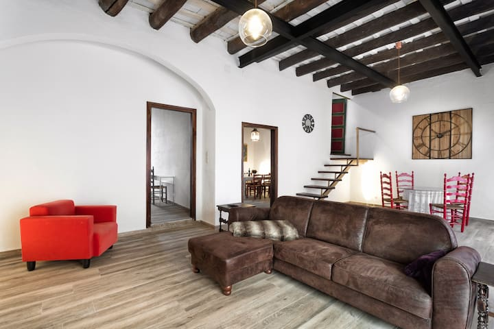 Spacious ★18th century townhouse 20 km Barcelona