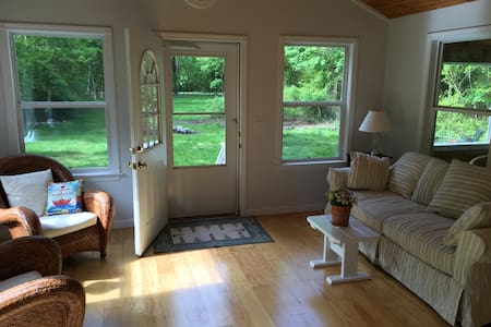 2 BD Island Cottage w/Large Yard - 詹姆斯敦(Jamestown)