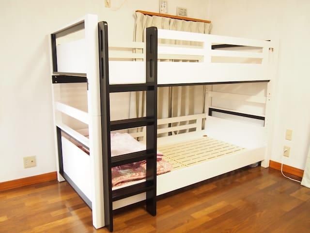 内寸211cmのロングサイズの2段ベッド。頑丈でギシギシしません。3名様以降は床にマットレスと布団を敷いてお休みいただきます。Long bunk bed with an internal size of 211cm. It's very sturdy and doesn't sound. If there are more than 3 people, please put a ton on the flooring and take a rest.