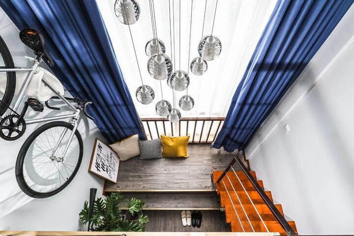【美式工业•单车•生活 】全景落地窗 LOFT公寓 俯瞰繁华新街口 地铁200米 近夫子庙 总统府
