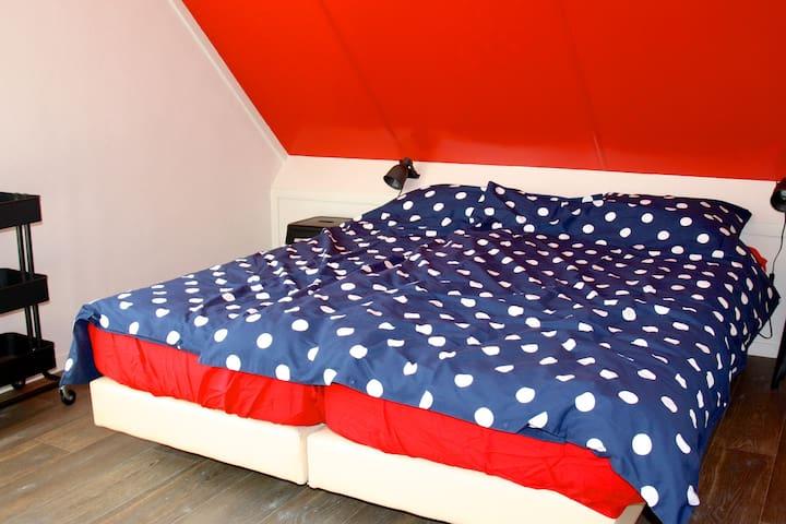 Twee slaapkamers met eenpersoonsbedden, kinderledikant en traphekje.