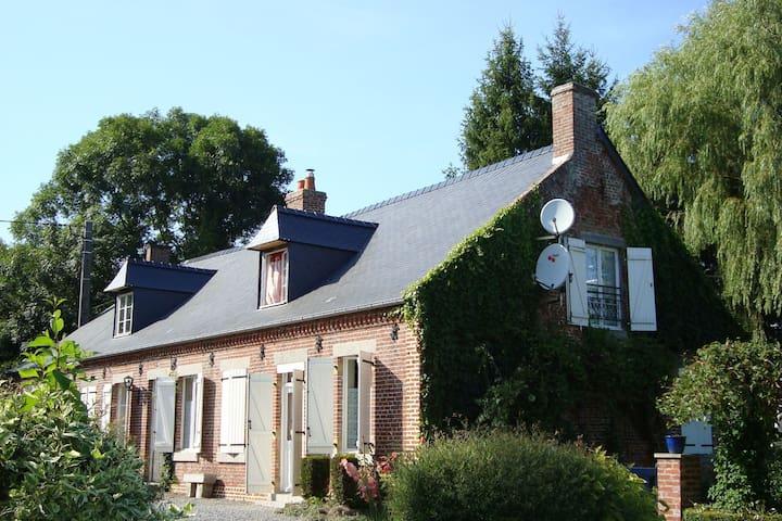 Típica casa con un gran jardín situado en una colina en el Oise