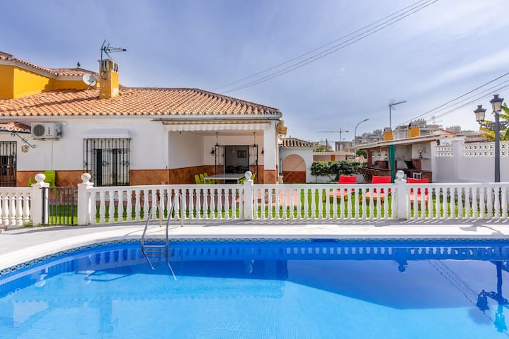 Air-Conditioned Villa Mascot with Pool, Garden & Wi-Fi; Parking Available, Pets Allowed