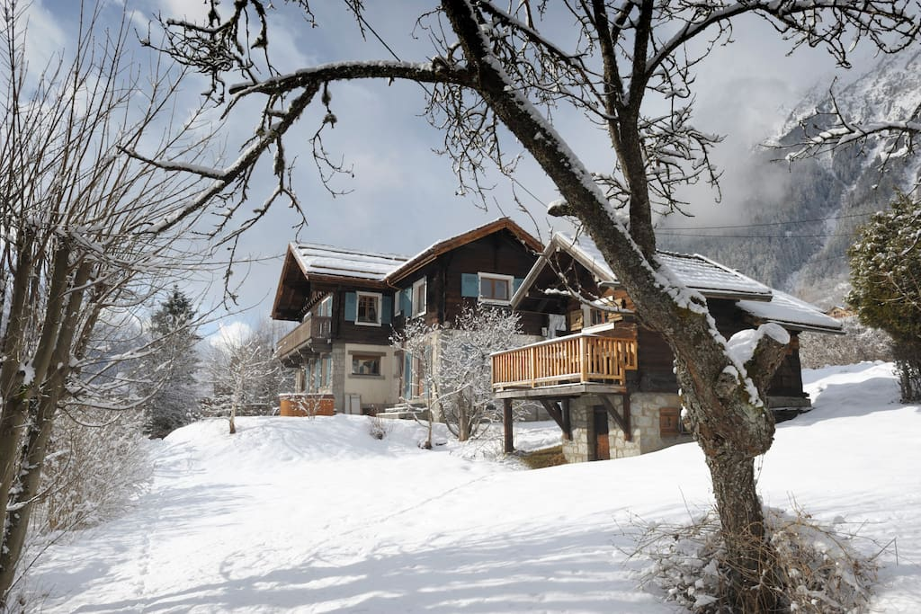 Winter Exterior of the chalet - calm location but an easy walk from the centre of town or the Brevent lift.