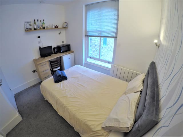 EXCELLENT LOCATION, 15 mins away fm Central London