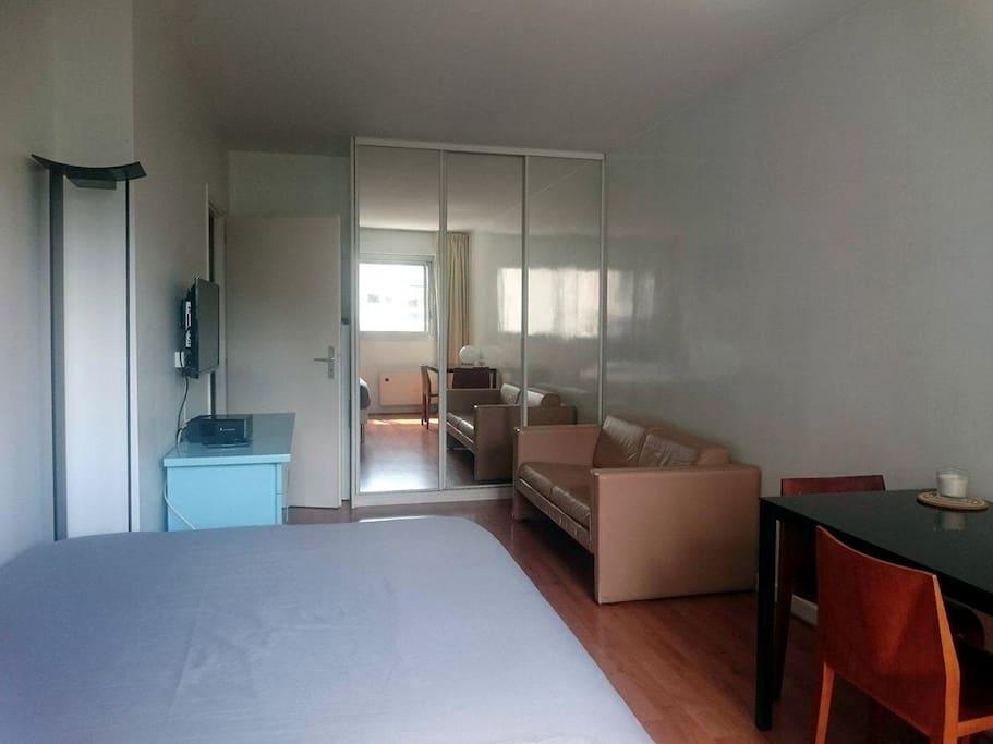 superbe studio neuilly paris 17ieme appartamenti in. Black Bedroom Furniture Sets. Home Design Ideas