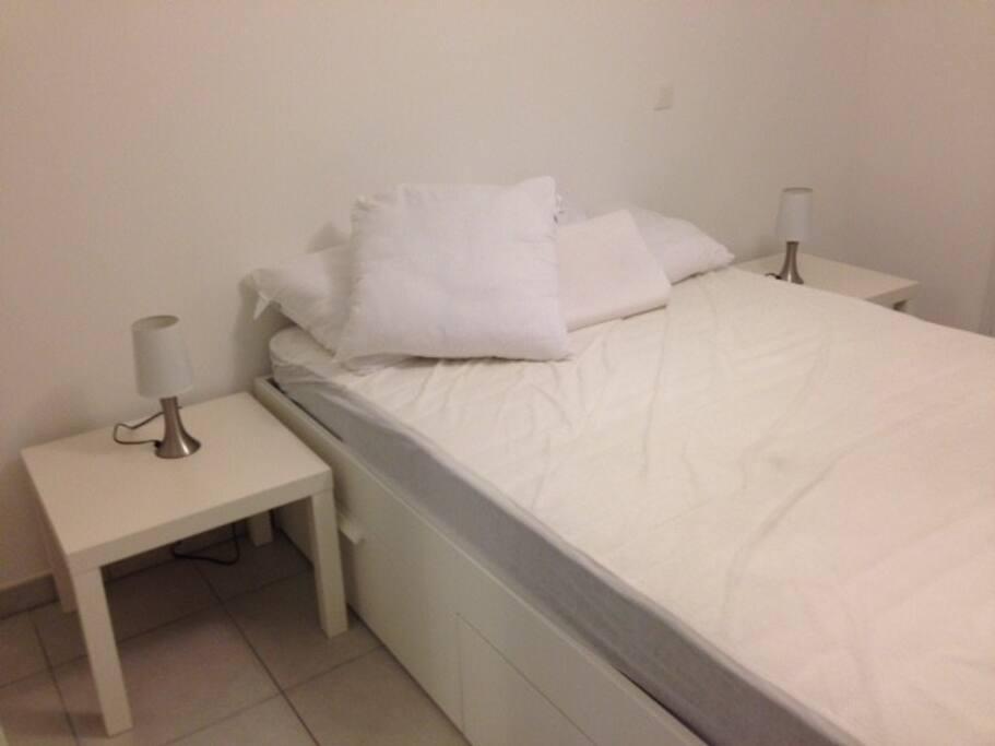 Chambre avec lit double et ses rangements latéraux, armoire double portes)