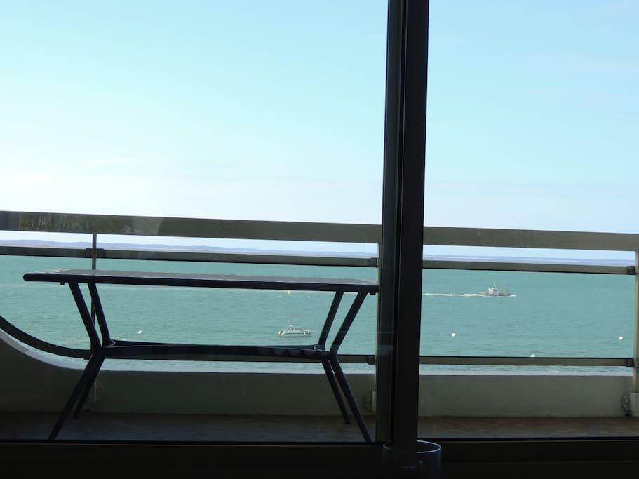La terrasse avec une table et ses fauteuils