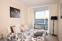 King size bed with views to the Sydney Opera House and Sydney Harbour Bridge