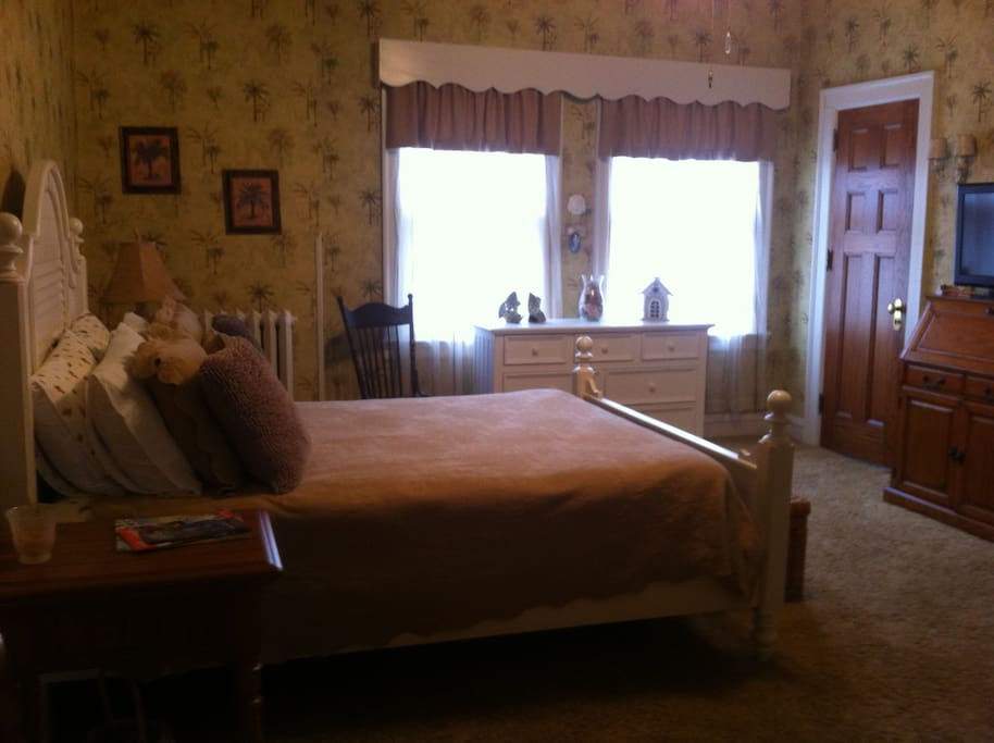 Queen bed with private entrance to bathroom.