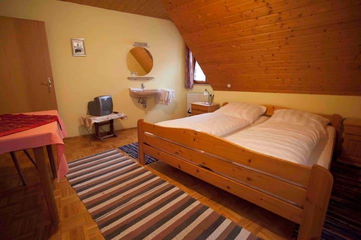 Pension Elke Rothenburg (Rothenburg ob der Tauber), Doppelzimmer Standard/Etagendusche mit Fernseher
