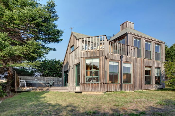 Architect's gem w/EV charger, private hot tub, ocean views, shared pool & saunas