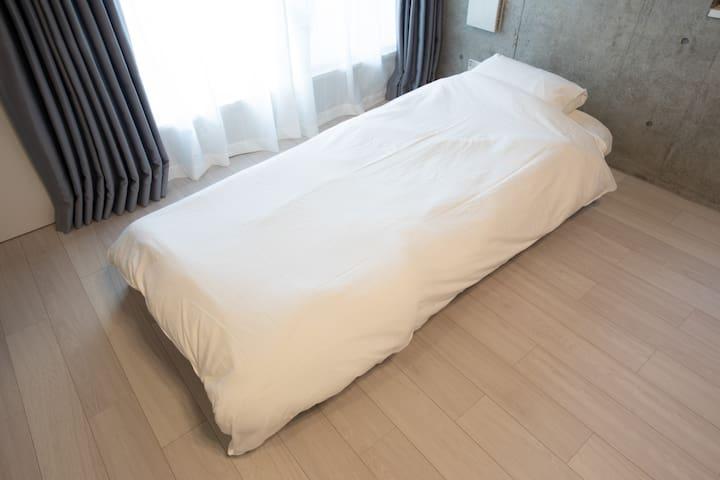 Folding single bed. Excellent sleeping comfort. 折り畳みのシングルベッド。寝心地抜群です。
