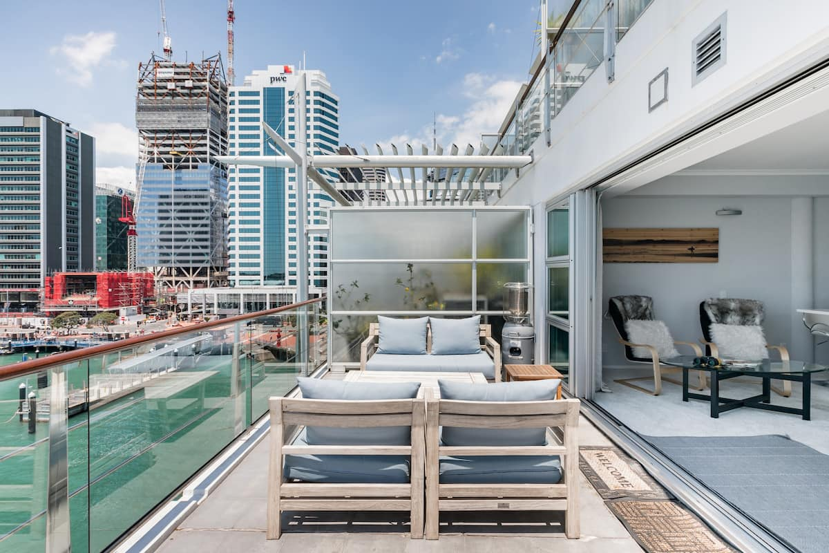 Sub-Penthouse Apartment set on a Panoramic Wharf