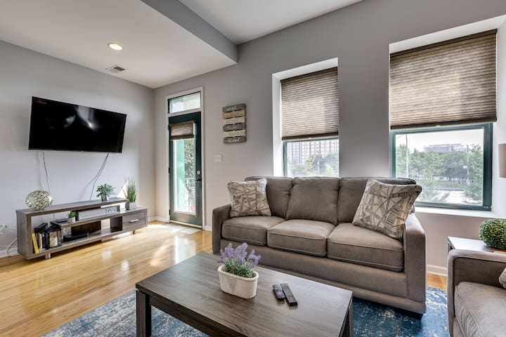 West Loop Condo near Restaurant Row/ United Center