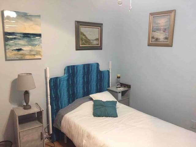 Private beach themed bdrm near airport & Saratoga