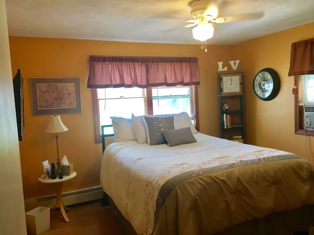 Queen Bed In Shared Suburban Home W/Parking