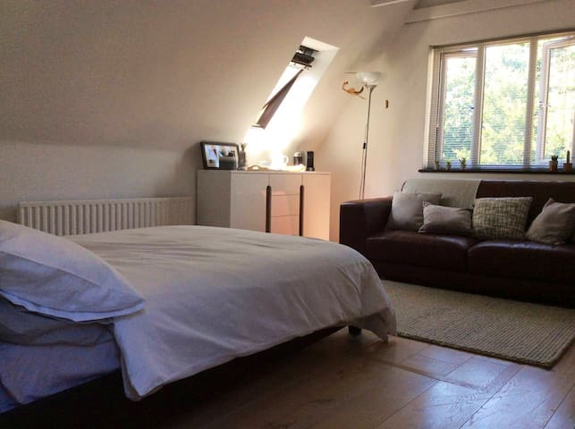Light airy self contained annexe in village location, close to Stansted Airport and fast rail link to London. Walking distance from local pubs, restaurants and bus stop. Private outside area, own entrance.