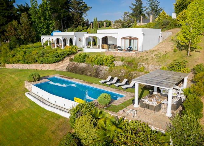 Casa estilo griego con salida al lago.