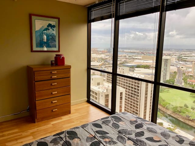 Highrise/Mountain Views close to Waikiki!