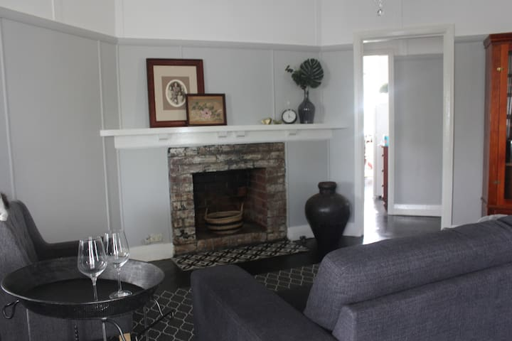 """""""Donnelly House""""    Charming character cottage"""
