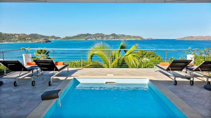 This villa rental offers an amazing view of the ocean and the sunset