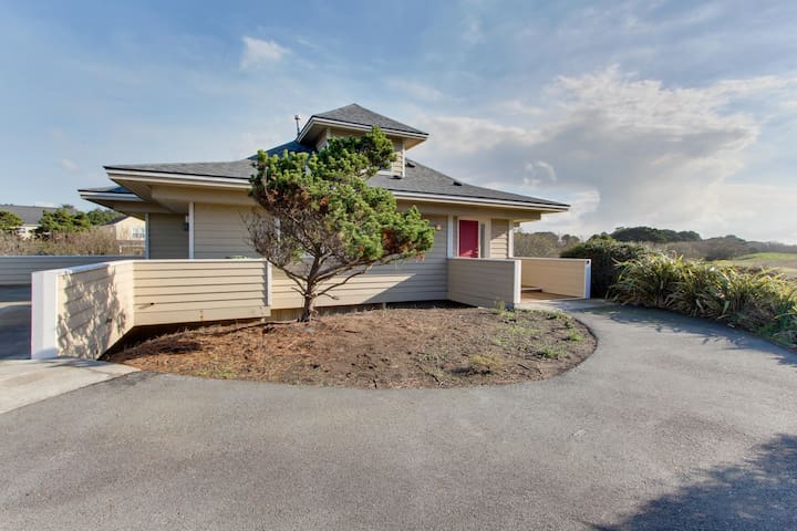 Charming & dog-friendly home w/ private deck - one block to beach access