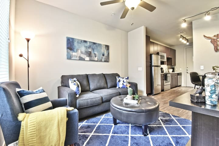 1 Mile away from SMU 1 BR Apt + Garage Parking