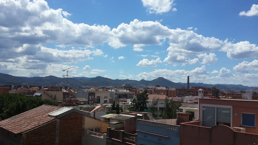 Quite & light double room with balcony. +breakfast - Cornellà de Llobregat - Apartemen