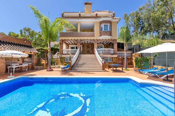 Beautiful Villa Trebol with Panoramic Views, Wi-Fi, Garden, Terrace and Pool; Parking Available