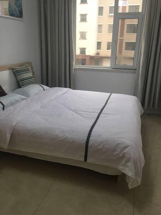 大卧室宽敞明亮,带有卧室