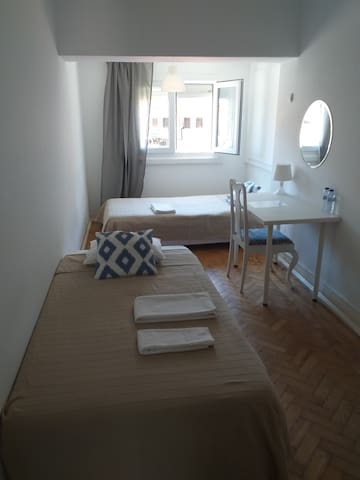 Lisbon private room two beds near airport