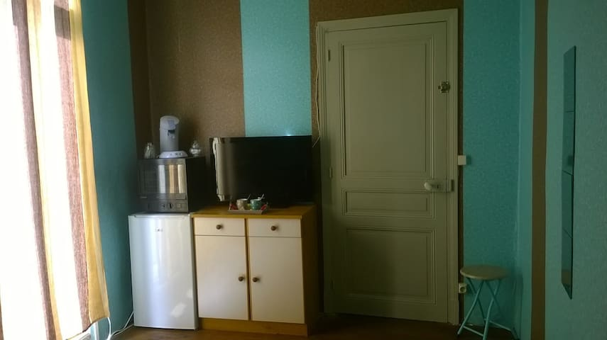 Senseo , micro onde, réfrigérateur & téléviseur à votre disposition