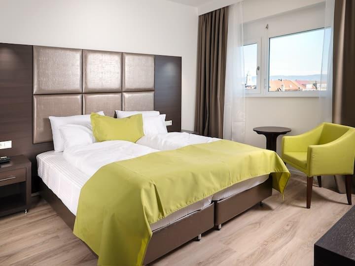 Boutique Hotel Bellevue, (Rheinfelden), Doppelzimmer Standard mit Dusche und WC