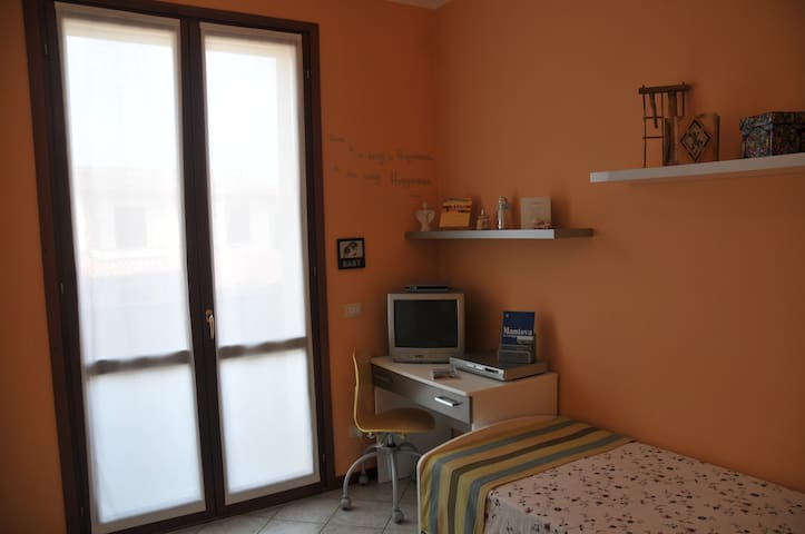 Twin bedroom with own private bathroom near Mantua - Levata - Townhouse