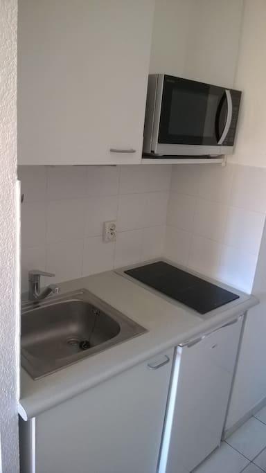 kitchenette équipée neuve avec toute la vaisselle et matériel de cuisine