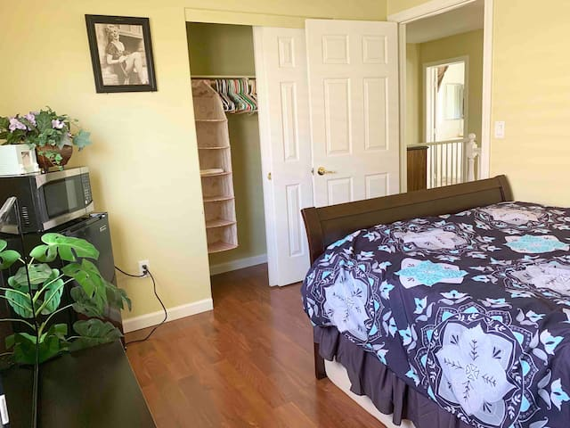 Comfortable room close to strip & Airport in Gate