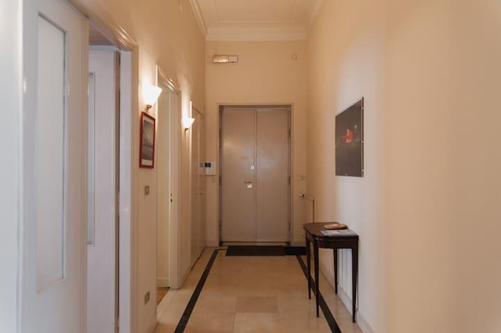 Dalla porta di ingresso si accede al grande corridoio