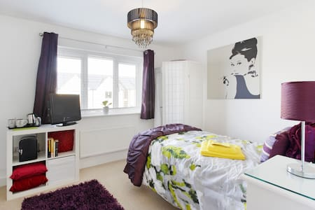 Stylish room new home, fab location - Milton Keynes