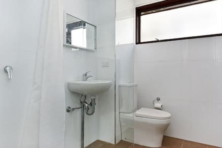 Quiet 1BR Apartment Close to Train & Ferry - Meadowbank - 아파트