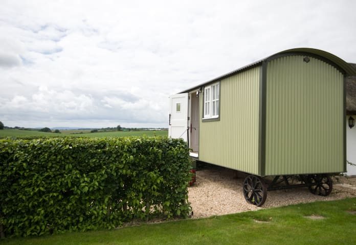 COWSLIP.  Luxury Traditional Style Shepherd's Hut
