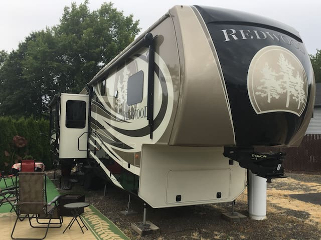 LUXURY RV FOR VACATIONING OR TEMPORARY HOME