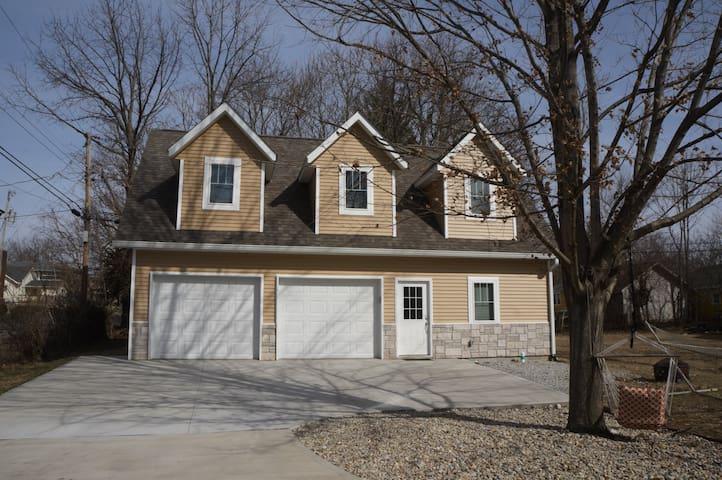 3Bed/3Bath Guest House Near Downtown Bloomington!