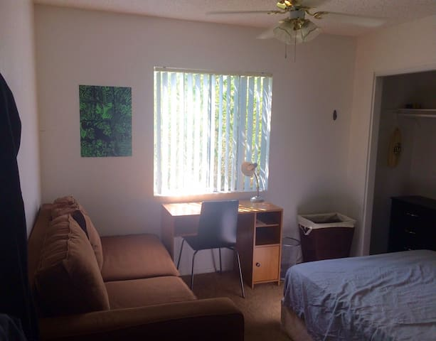 Bedroom w/ desk near York Blvd in Highland Park