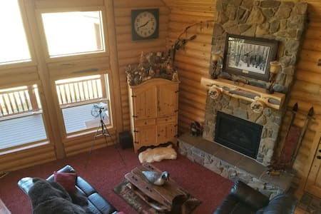 Strawberry Hills, sleeps 18, gameroom