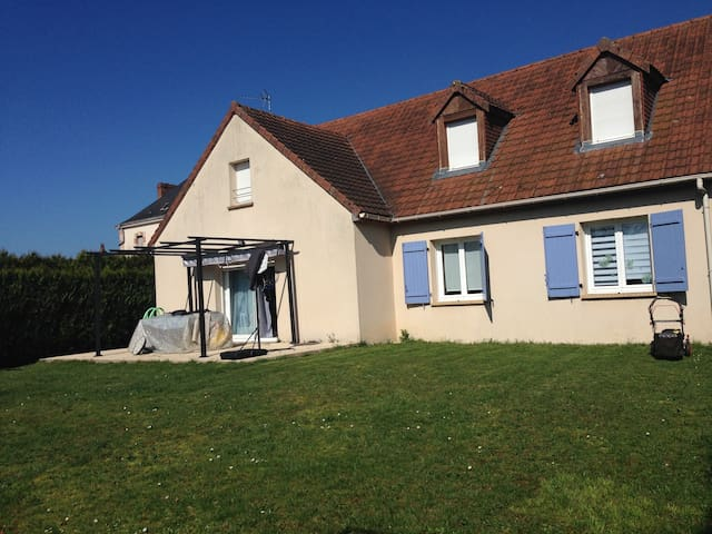 3 chambres dans maison avec terrain clos - Montfort-le-Gesnois - Casa
