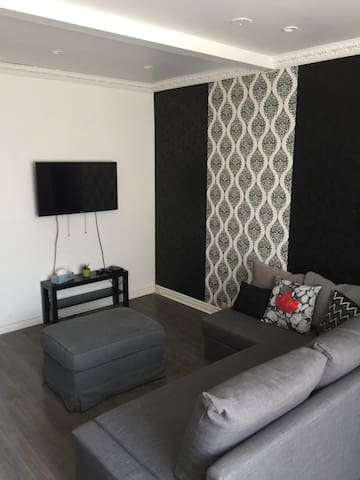 MID TOWN SUITE 20 MINS FROM DOWNTOWN T.O/ 5 Guest
