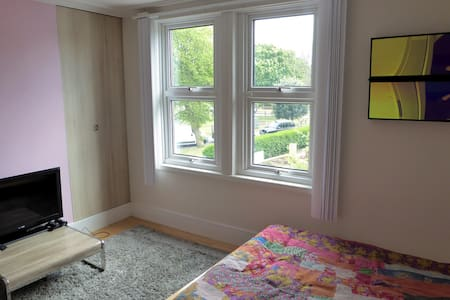 10mins to Brighton & 4 to beach/Up to 2 bedrooms