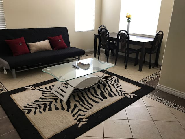 Adorable Modern Apartment, Private Prkg, 4 guests!