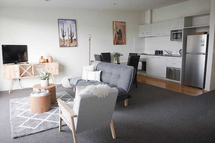 Cosy,  Open 2 Bed Apt | Opposite Sylvia Park Mall